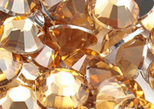 SNC- Термоклеевые стразы Rhine Stone отличаются достойным качеством и, при этом, доступной ценой. Они обладают хорошим блеском, прозрачностью. Изготавливаются по широкой цветовой карте и с дополнительными эффектами.   Производство: Корея.